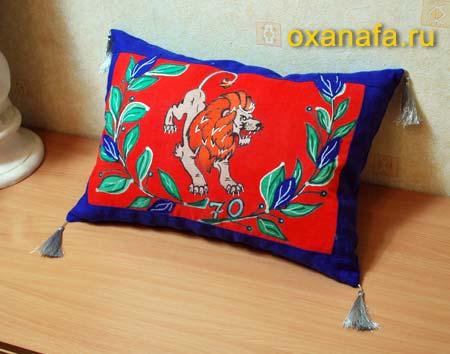 Декоративная подушка с батиком