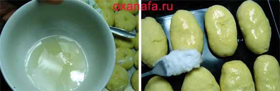 Смазать пироги сахарным сиропом