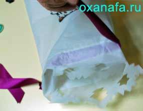 Продевание ленточки в подарочной упаковке
