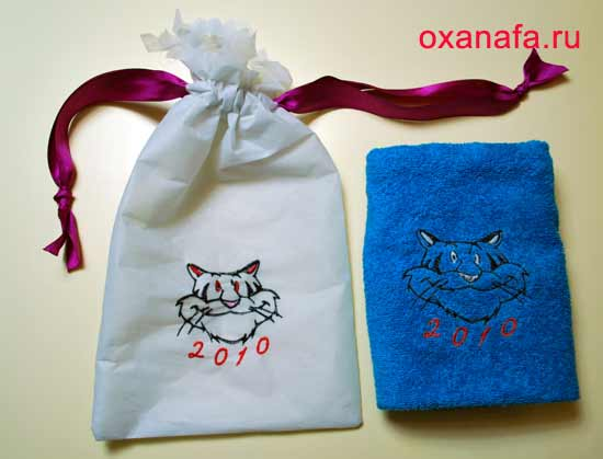 Подарочный мешочек с вышивкой тигра и вышитое полотенце