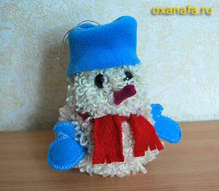 Игрушка из помпонов Снеговик