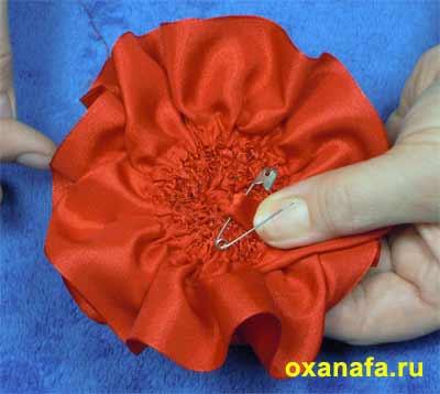 Роза - самый красивый и богатый цветок.  Как известно алая роза - символ любви.  Вот атласная розочка и будет...