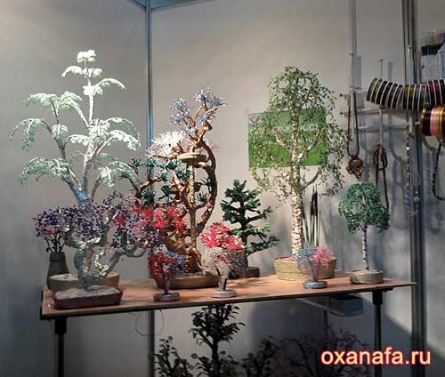 На этой выставке деревья из бисера представляла Оксана из Украины.