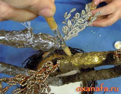 тонирование золотыми красками ствола дерева счастья из бисера