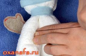 пришить варежки снеговику из полотенца