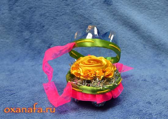 Роза из атласных лент в самодельной подарочной упаковке из пластиковых бутылок