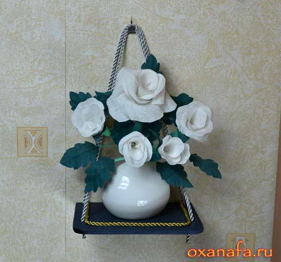 декоративные цветы из ткани на самодельной навесной полочке под винтаж