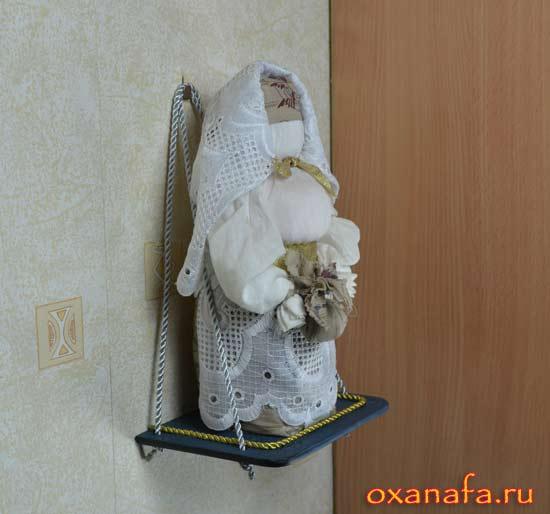 русская обережная кукла Берегиня дома на навесной полочке сделанной своими руками